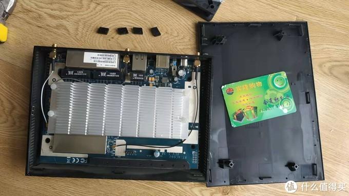 螺丝拆卸后,用塑料卡片沿着边框撬开卡扣,先翘电线这一边,然后两边,最后再翘最薄的一边
