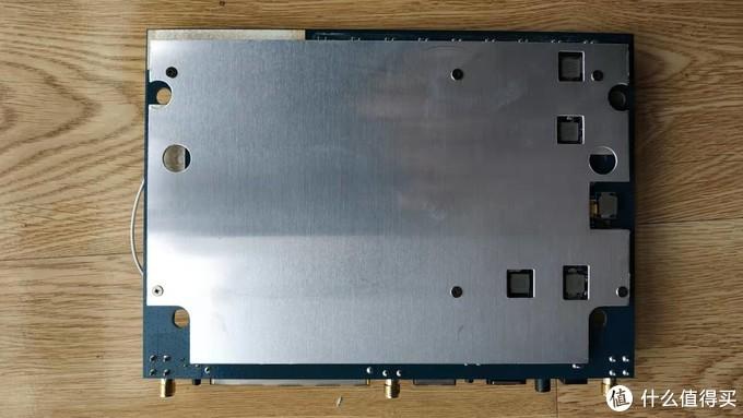 后背板金属材质,有利于散热,也可以增加重量