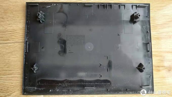 正面面板,其实这一面才正对这散热片,把正面面板挖个洞安装风扇,散热会更好,但未了美观,小白选择了后面安装